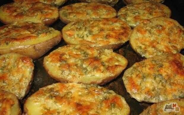 Чесночный картофель, запеченный в духовке — это настоящее произведение кулинарного искусства