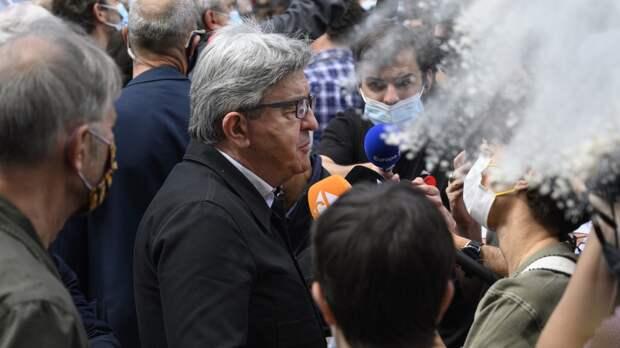 Француз бросил муку в лидера левой партии на акции в Париже