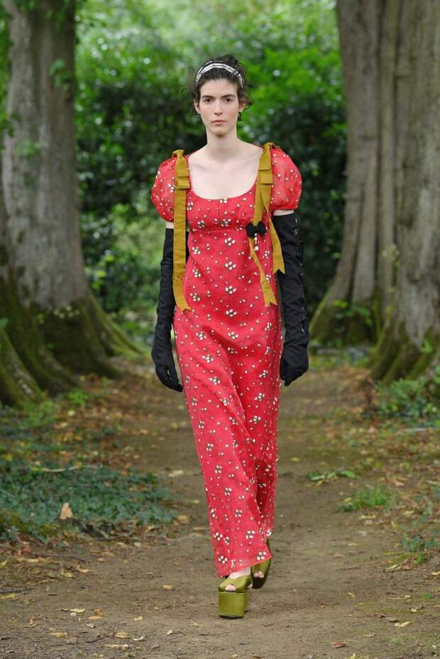 Красные платья и туфли с носками: рассказываем о главных трендах весны 2021