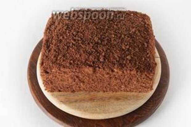 1/4 частью крема оформить верх и бока торта. Обсыпать торт сверху оставшимся крекером (75 грамм). Я измельчал только 25 г крекера, которые вмешал в крем, а для оформления использовал измельчённый в крошку шоколадный бисквит, который у меня был. Отправить торт в холодильник на 2-3 часа.