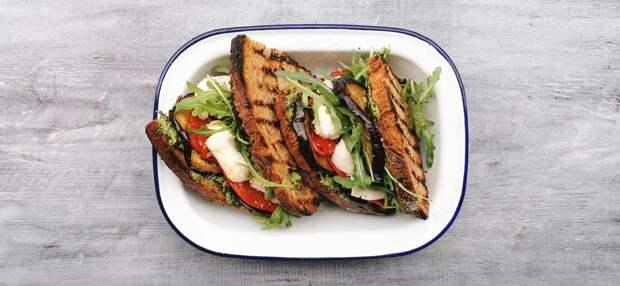 Сендвич с печёными овощами и моцареллой