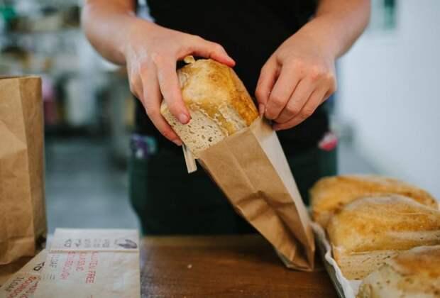 По возможности покупайте хлеб в бумажной упаковке или придя домой оберните его бумажным полотенцем / Фото: nastroy.net