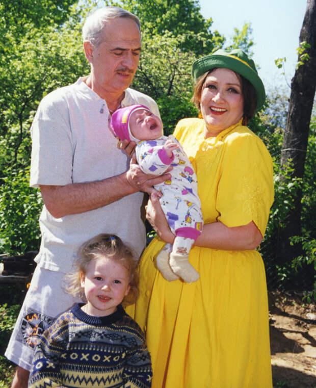 Зинаида Кириенко с мужем и внуками. / Фото: www.aif.ru