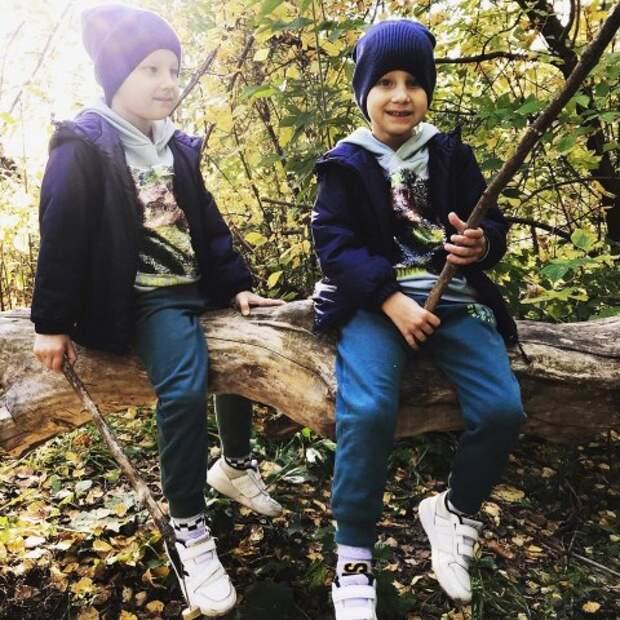 Близнецам с аутизмом нужна помощь, чтобы пройти курс реабилитации в Томске