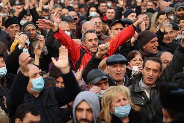 Толпа противников Пашиняна ворвалась в здание правительства