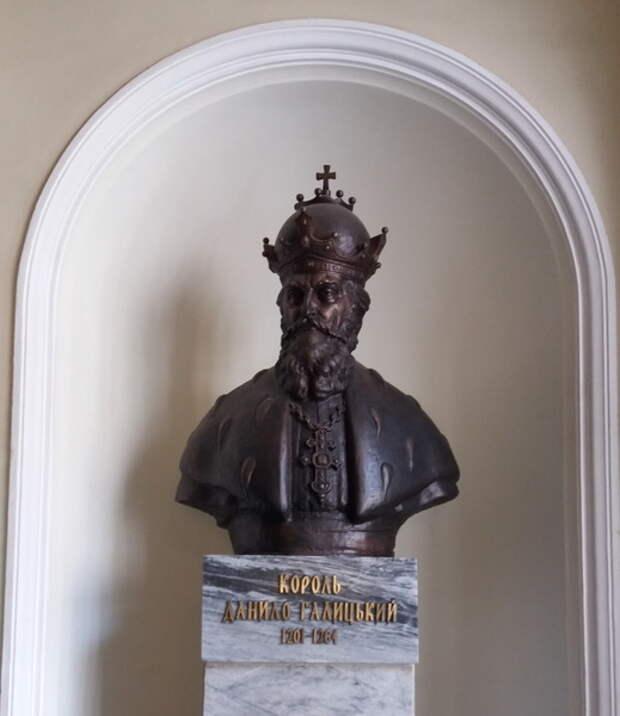 Бюст основателя Львова короля Даниила Галицкого в фойе Львовской ратуши