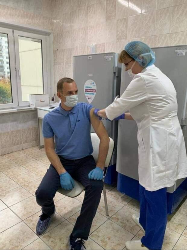 Префект СВАО прошел второй этап вакцинации от коронавируса в Лианозове