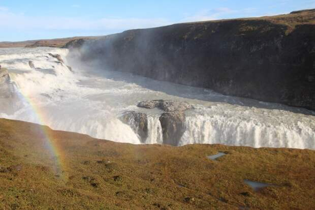 Гульфосс состоит из двух ступеней 21 и 11 метров, расположенных друг к другоу под углом в 90°