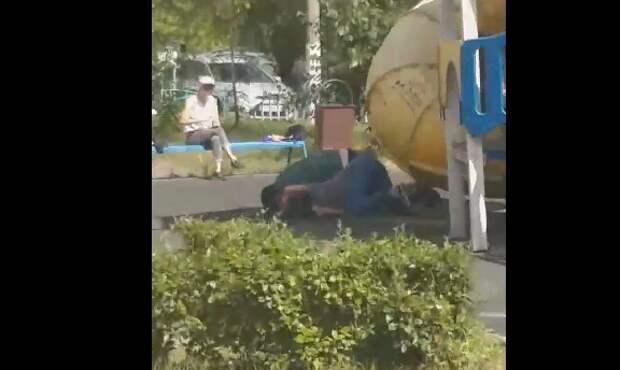Алкоголики сошлись в рукопашную на детской площадке в Марьине
