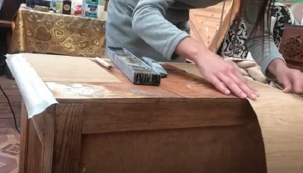 На поврежденное верхнее покрытие можно приклеить листы шпона ©АМБАССАДОР УЮТНОГО ДОМА.