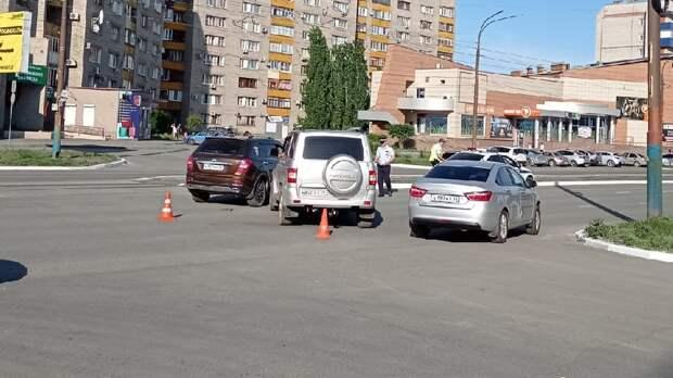 На проспекте Ленина в Орске не поделили дорогу УАЗ и Nissan