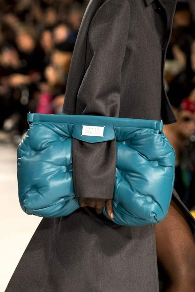Дутые, меховые, стеганые – семь удачных сумок под пальто, пуховик и шубу