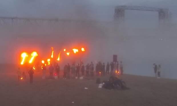 Туман иогонь: нанабережной Архангельске фаерщики устроили захватывающее шоу