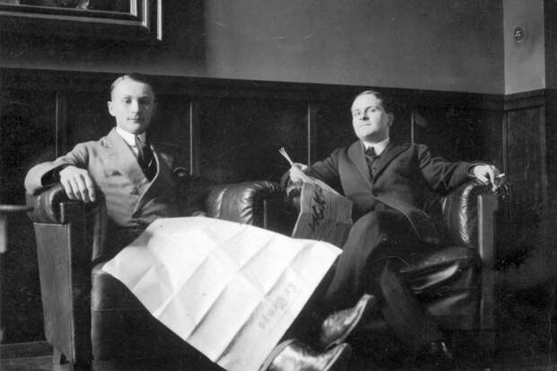 К.С. Елита-Вильчковский и С.С. Оболенский, со свежим номером Младоросской искры. Мюнстер. 1932 г.