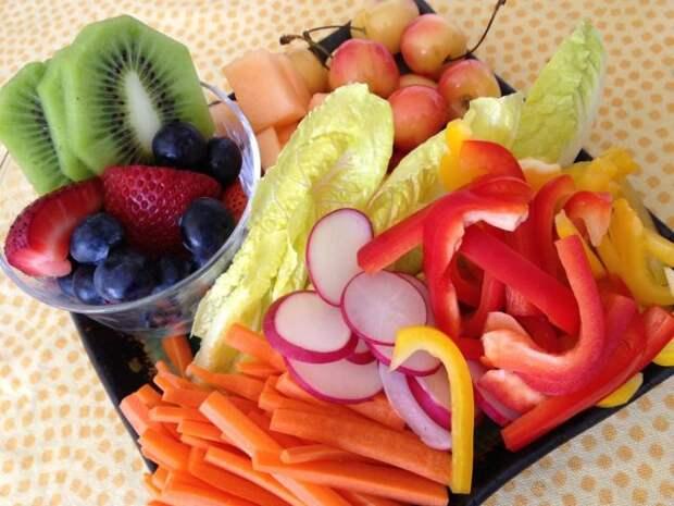 поднос с фруктами и овощами