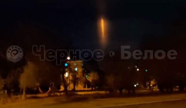 Жители Урала наблюдали загадочный столб света в ночном небе