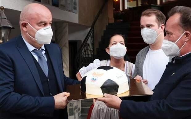 Сборную России в Австрии встретили тортом в виде мяча с логотипом РФС: фото