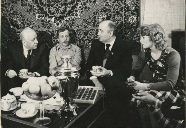 Михаил Горбачев и Виктор Гришин в гостях у москвичей. Неизвестный автор, 1985 год, г. Москва, из архива МАММ/МДФ.