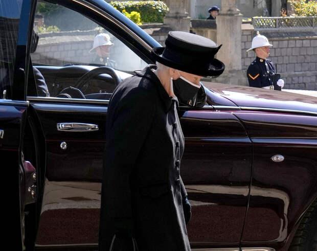 Слезы душат: Елизавета II взяла с собой на похороны мужа их совместное фото