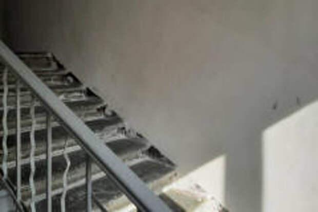 ГЖИ проверяет ход ремонта подъезда дома №22 по проспекту Октября
