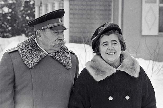 Буденный со своей супругой Марией Васильевной на загородной даче.