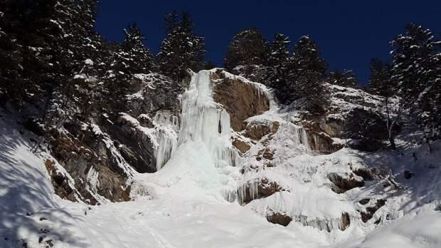 При обрушении льда на камчатском водопаде погиб человек