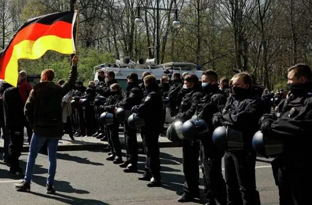Полиция применила перцовый газ против группы демонстрантов в Берлине