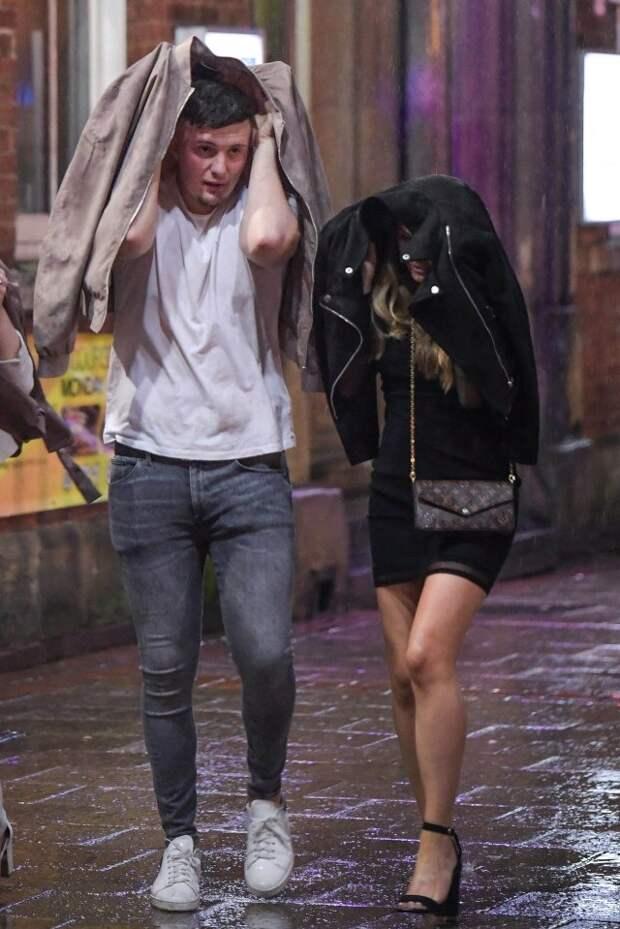 Плохая погода — не повод грустить! Британская молодежь продолжает тусовки даже в ураган