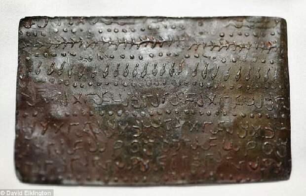 Некоторые страницы свинцовых книг покрыты шифром.