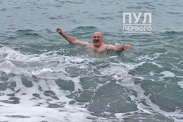 Появился снимок купания Лукашенко в Чёрном море