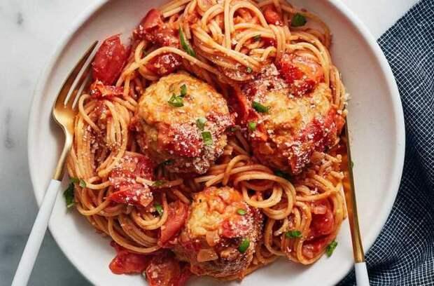 Спагетти с куриными фрикадельками. \ Фото: plated.com.