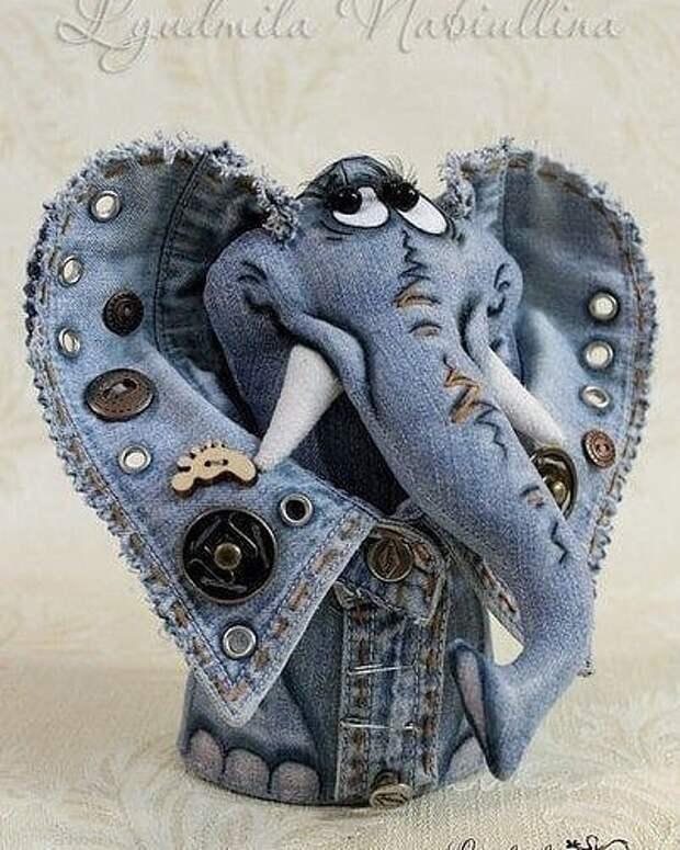 Вот такую красоту можно сделать  из старой джинсовой одежды.