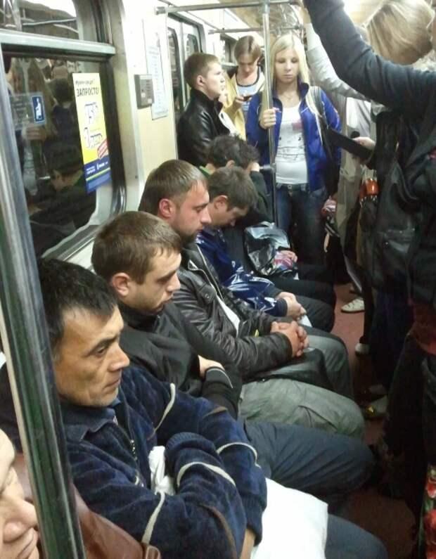 Мужик в метро, который сел на девушку... Хамство или как это понимать