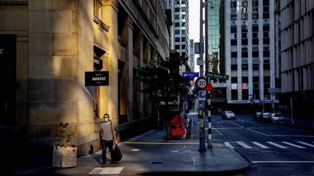 Человек идёт по пустой улице в Окленде (апрель)
