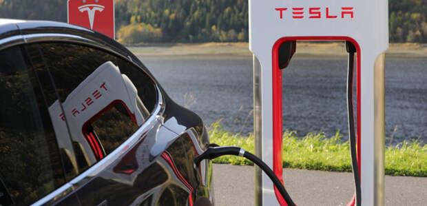 В аварии Tesla без человека за рулем погибли двое