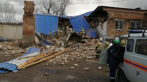 Стена дома рухнула вСальске, под завалами оказались люди