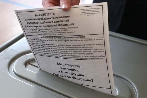 Работники госучреждений начали жаловаться на принуждение к голосованию по Конституции
