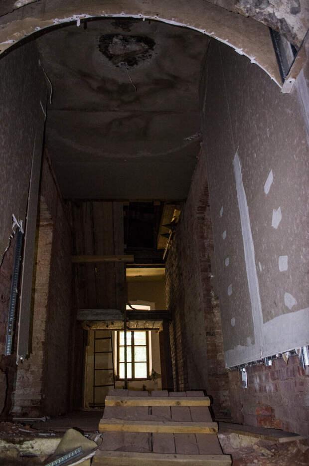 Внутри особняка. Сразу перед входом провал в подвал, вместо лестницы перекинут мост из досок