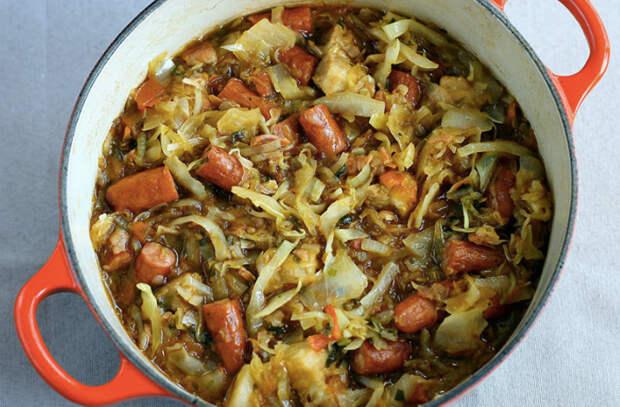 Тушим капусту с сосисками: сытное блюдо для экономных
