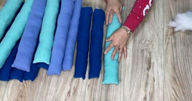 Мастерица нарезает футболки на полосы по 10 см и шьёт красоту
