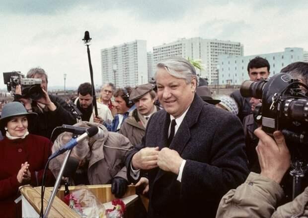 Борис Ельцин во время предвыборного митинга. СССР, Москва, 1989 год. Автор фотографии: Chris Niedenthal.