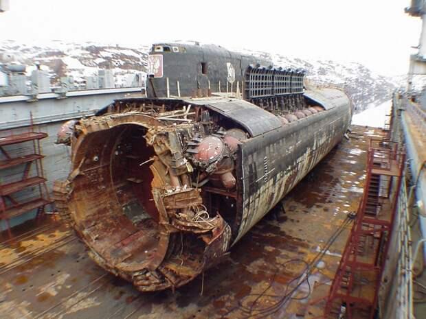 Общий вид подводной лодки «Курск» в осушенном плавучем доке ПД-50 в порту Росляково
