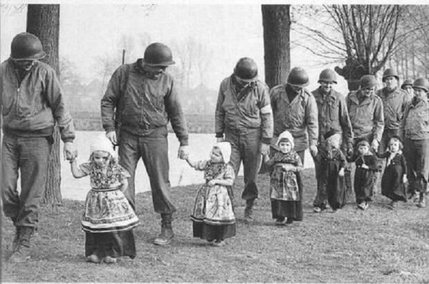 Юные датчанки сопровождают американских солдат на танцы, 1944 год.