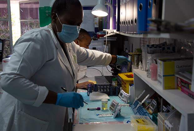 Гонка за разработкой вакцины против коронавируса затмила другую важную научную новость. В феврале 2021 года ученые представили первые результаты изучения принципиально новой вакцины от вируса иммунодефицита человека. Почти у всех получивших новую вакцину от ВИЧ появились иммунные клетки, способные реагировать на вирус.
