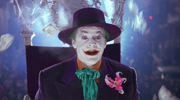 Несмотря на феноменальный успех Леджера, для многих зрителей непревзойденным остается Джокер в исполнении легендарного <b>Джека Николсона</b> (фильм «Бэтмен», 1989 год) . В его исполнении главный антагонист вселенной DC вел себя, пожалуй, сдержаннее и логичнее, но тем страшнее были внезапно проступающие грани его «сияющего» безумия.