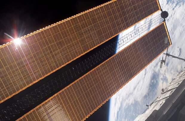 Солнечные батареи американского сегмента МКС, часть из которых затеняет российские со снимка выше  / ©Wikimedia Commons
