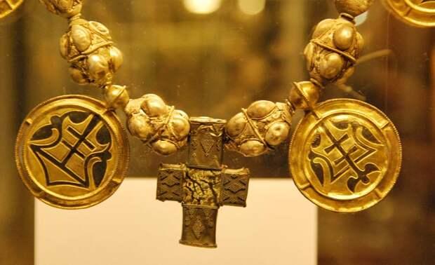 Ожерелья и трехбусинные кольца из рязанских кладов. XII-XIII вв.