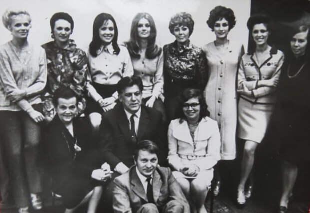 Сотрудники Рижского дома моделей после возвращения из Парижа, 1970 г. Александра Грамолина – в нижнем ряду слева | Фото: freecity.lv