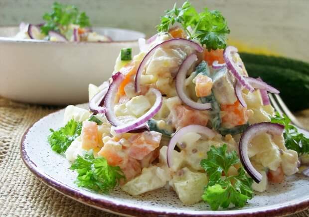Картофельный салат с заправкой из икры сельди