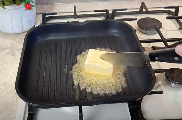 Жареную картошку можно сделать блюдом на завтрак, если добавить ее в особую яичницу. Готовим на четверых
